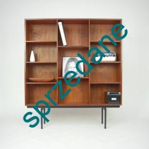 Minimalistyczny regał fornirowany tekiem. Wytwórnia LOVIG. Prosta, ale bardzo atrakcyjna forma. Wszystkie półki dowolnie regulowane. Produkt duński lat 60-tych.
