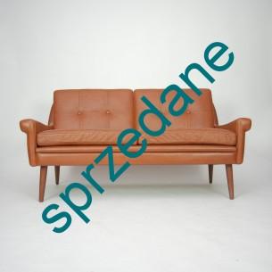 Modernistyczna, dwuosobowa sofa. Karmelowa, skóra naturalna. Piękna forma lat 70-tych. Siedziska na sprężynach.