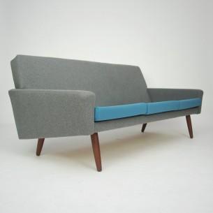 Minimalistyczna, duńska sofa. Piękna forma, która swym gabarytem nie zdominuje wnętrza. Sprężynowane siedziska oraz plecy. Tkanina włoska. Wysokogatunkowa wełna meblowa. Sofa po renowacji. Mebel wizualnie jak nowy. Przewyższający współczesne solidną konstrukcją odpowiadającą produktom z wyższej półki. Lite drewno w całej konstrukcji. Nogi z masywu tekowego. Mebel przetrwał 50 lat i przednim kolejne pół wieku. Oryginalny produkt duński lat 60/70.