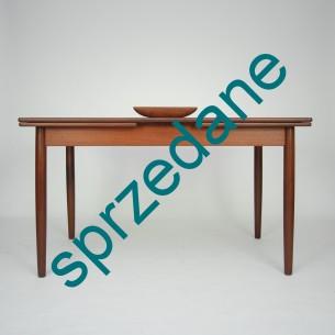 Klasyczny, duński stół tekowy. Prosta, minimalistyczna forma. Masyw i fornir tekowy, olejowany. Dwie kombinacje rozłozenia. Produkt duński lat 60-tych.