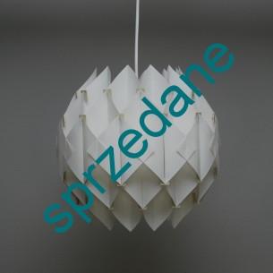 Lampa ażurowa. Ciekawa, lekka forma. Tworzywo sztuczne. Produkt lat 70-tych.