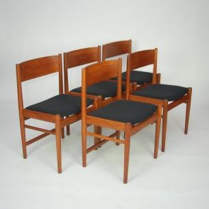 Set pięciu tekowych krzeseł. Modernistyczna forma ze znamienitej wytwórni SIBAST. Drewno tekowe olejowane. Poszycie wełniane. Produkt duński lat 60-tych.