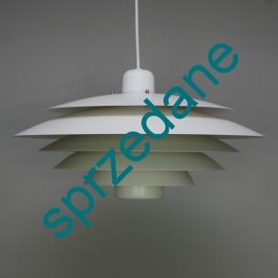 Modernistyczna lampa bliska w formie projektowi lampy PH duńskiego projektanta POULA HENNINGSENA. Klosz metalowy (nie aluminium). Solidna i ciężka. Imponujący rozmiar. Produkt duński lat 70-tych.