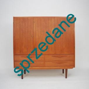 Tekowa komoda. Zgrabna forma. Fornir tekowy. Nogi i obrzeża z masywu. Drewno olejowane. Produkt duński lat 60-tych.