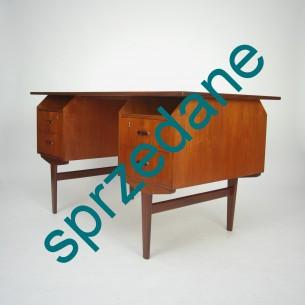 Typowa, modernistyczna forma. Solidna konstrukcja. Lity tek i fornir olejowany. Dwie szuflady na zamek (zamki sprawne). Kluczyk w komplecie. Produkt duński lat 60-tych.