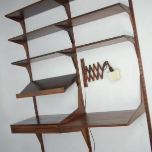 System CADO. Projekt POUL CADOVIUS. Prestiżowe, modułowe biuro ścienne. Bogate w detalach. Wysoka jakość wykonania. Szybki montaż/demontaż (na stałe montujemy tylko pionowe listwy). Dowolna kombinacja ułożenia poszczególnych elementów. Funkcja biurka. Fornir palisandrowy. Wsporniki i listwy z masywu palisandru. Lampa nożycowa. Ramie z litego palisandru. Oryginalny produkt duński lat 60-tych. Sygnowany.