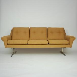 Modernistyczna sofa. Rama drewniana. Siedziska na sprężynach. Poszycie bawełniane. Nogi metalowe. Bardzo wygodna. Duński projekt lat 60-tych.