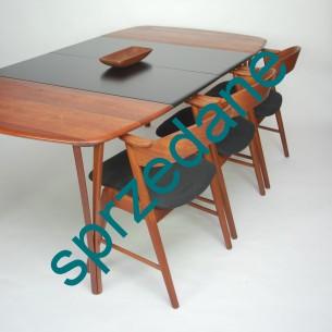 Unikatowy stół jadalniany. Blaty główne i nogi z litego teku. Czarne blaty dodatkowe (dokładane) trudne do zidentyfikowania. Produkt duński.