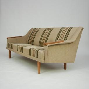 Modernistyczny zestaw wypoczynkowy. Poszycie oryginalne. Rama drewniana. Siedziska sprężynowane. Nogi i podłokietniki dębowe. Oryginalny produkt duński lat 60-tych.