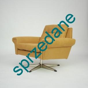 Modernistyczny fotel. Rama drewniana. Siedziska na sprężynach. Poszycie bawełniane. Nogi metalowe. Bardzo wygodny. Duński projekt lat 60-tych.