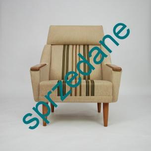 Minimalistyczna forma lat 60-tych. Poszycie oryginalne. Rama drewniana. Siedziska sprężynowane. Nogi i podłokietniki dębowe. Oryginalny produkt duński.