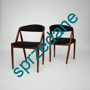 Para krzeseł KAI KRISTIANSEN #31; manufaktura SCHOU ANDERSEN. Lata 60-te. Piękna, ergonomiczna forma. Konstrukcja z olejowanego masywu tekowego. Siedziska na pasach. Tapicerka wełniana.