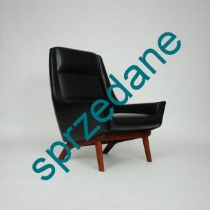 Modernistyczny fotel. Ciekawa forma lat 60-tych. Siedzisko na sprężynach. Nogi dębowe barwione na tek. Oryginalny produkt duński.
