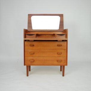 Funkcjonalna komódka z toaletką. Obrzeża i nogi lite, reszta fornirowana tekiem. Drewno olejowane. Produkt duński lat 60-tych.