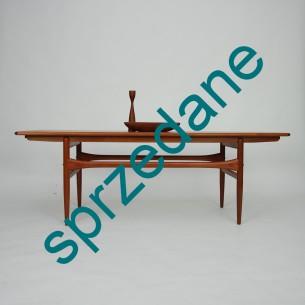 Piękna modernistyczna forma. Dwa wysuwane blaty pomocnicze. Drewno tekowe olejowane. Produkt duński lat 60-tych.