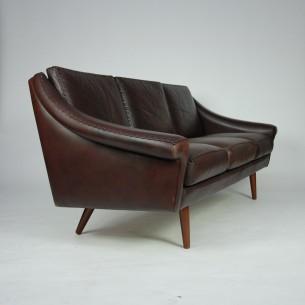 Wyjątkowa duńska sofa. Piękna forma i szlachetna wysokogatunkowa skóra naturalna. Ręcznie pleciona. Mebel wysokobudżetowy. Przetarcia dają szlachetny i klimatyczny wydźwięk. Oryginalny produkt lat 60-80.