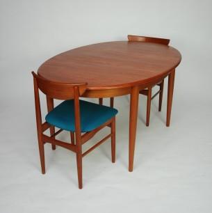 Rozkładany stół tekowy o kształcie elipsy. Imponujący rozmiar. Drewno tekowe (fornir i masyw), olejowane. Stół na 12 osób. Cztery dodatkowe blaty (dokładane). Konstrukcje w stanie rozłożonym wzmocniona składaną podporą. Można ją odkręcić jeśli stół nie ma być rozkładany. Produkt duński lat 60-tych