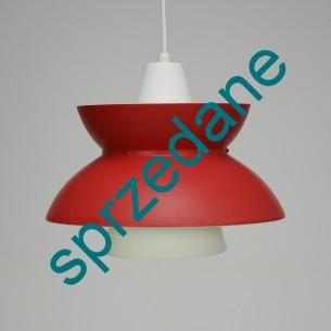 Lampa Doo-Wop. Producent LOUIS POULSEN. Design JØRN UTZON. Materiał aluminium. Kolor czerwień mat. Produkt duński.