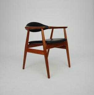 Typowa modernistyczna forma. Gładkie przejścia i minimalizm. Stabilna tekowa konstrukcja. Skóra naturalna (wysokogatunkowa,  półanilinowa). Drewno olejowane. Sygnatura z duńską kontrolą jakości. Duński produkt lat 60-tych.