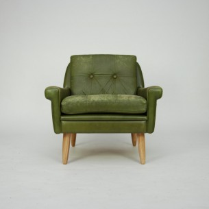Modernistyczny fotel w skórze naturalnej. Konstrukcja drewniana. Nogi jesion/dąb. W obecnym stanie ma charakter klubowy/industrialny. Idealny do loftu i klimatycznych, skandynawskich wnętrz. Duński produkt lat 60.