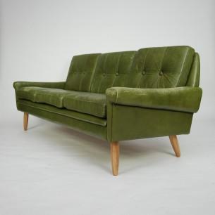 Modernistyczna sofa w skórze naturalnej. Konstrukcja drewniana. Nogi jesion/dąb. Sofa w obecnym stanie ma charakter klubowy/industrialny. Idealna do loftu i klimatycznych, skandynawskich wnętrz. Duński produkt lat 60.