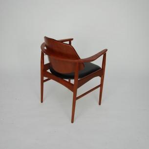 Wytworne krzesło gabinetowe. Forma bliska projektom HOVMANDa OLSENa. Mebel piękny w detalach. Drewno tekowe olejowane. Tapicerka z ekoskóry. Oryginalny produkt duński lat 60-tych.