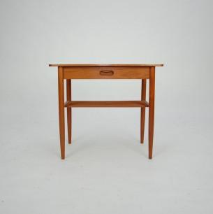 Duński stolik nocny/pomocnik. Subtelna forma. Drewno tekowe olejowane (lity tek i fornir). Oryginalny produkt lat 60-tych.