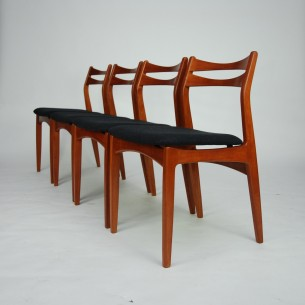 Cztery krzesła z masywu tekowego. Klasyczna forma lat 50/60. Produkt duński.