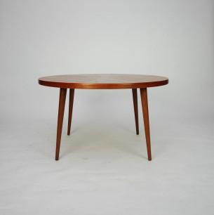 Efektowny stolik tekowy. Misterne ułożenie forniru. Drewno olejowane. Modernistyczna forma lat 60-tych. Produkt duński.