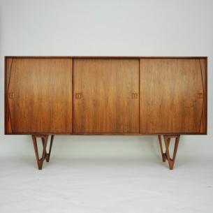 Wytworna, palisandrowa komoda. Wyjątkowa forma lat 60-tych. Bogate wykończenie. Drewniane szuflady i półki. Absolutna dbałość o detale. Drewno olejowane. Oryginalny produkt duński.