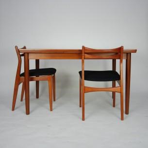 Klasyczny, duński stół tekowy. Prosta, minimalistyczna forma. Masyw i fornir tekowy, olejowany. Dwie kombinacje rozłożenia. Produkt duński lat 60-tych.