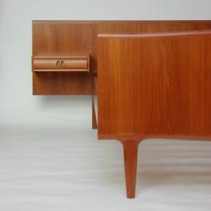 Wyjątkowe, duński łóżko. Niezwykle efektowna forma. Praktyczne zagłowie z półką i szufladą. Lity tek i fornir (olejowany). Oryginalny produkt duński lat 60-tych.