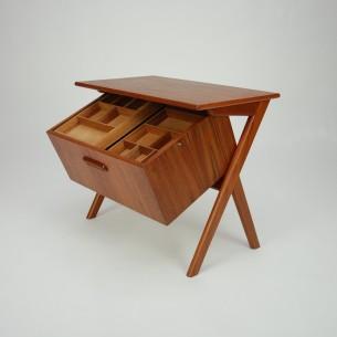 Modernistyczna, duńska komódka. Bardzo ciekawa forma i sposób otwierania. Skrzynia umieszczona w prowadnicy na mosiężnych bolcach. Lite drewno tekowe i fornir. Całość olejowana. Produkt lat 60-tych.