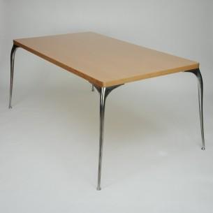 Stół jadalniany na 8 osób. Nogi oryginalne VITRA. Pełen odlew aluminiowy. Regulowane stopki. Aluminium polerowane. Blat nowy (dorobiony na wzór starego). Fornir naturalny, jesion. Blat lakierowany.