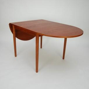 Duński klapiak. Niezwykle funkcjonalny mebel. Pięć kombinacji rozłożenia. Dwa blaty wiszące i dwa dokładane. Od malutkiego stolika do okazałego stołu. Nogi tekowe, reszta fornirowana tekiem. Produkt duński lat 70/80.