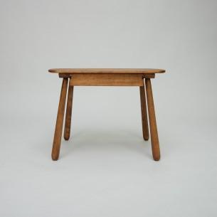 Futurystyczny stolik z lat 40-tych. Organiczna forma. Lity buk barwiony (kolor starego dębu). Drewno olejowane. Bardzo ceniony projekt w Dani.