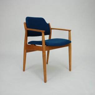 Piękne krzesło autorstwa ARNE VODDERa. Efektowna, organiczna forma. Obszerne i wygodne siedzisko. Drewno olejowane. Oryginalny produkt duński lat 60-tych.