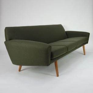 Minimalistyczna, duńska sofa. Konstrukcja drewniana. Nogi dębowe. Sprężyny spiralne na plecach i pod siedziskami. Poduszki są ze stelażem metalowym + sprężyny. Wszystko razem daje sporo komfort. Produkt lat 60-tych.