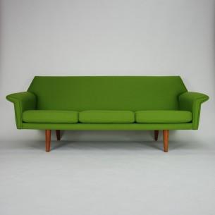 Klasyczna, duńska sofa. Efektowny minimalizm lat 60-tych. Drewniana rama. Nogi z masywu tekowego. Poduszki i plecy na sprężynach.