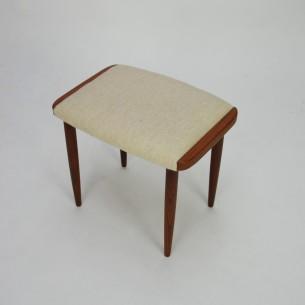 Ładne siedzisko z nogami i bokami z masywu tekowego. Poszycie wełniane. Siedzisko na pasach. Oryginalny produkt duński lat 60-tych.