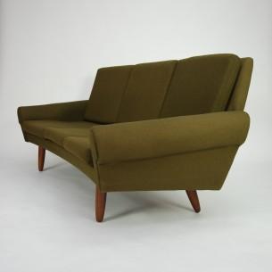 Klasyczna, duńska sofa. Efektowny minimalizm lat 60-tych. Drewniana rama zbudowana na linii okręgu (przód i tył z ciekawym zakrzywieniem). Nogi z masywu tekowego.