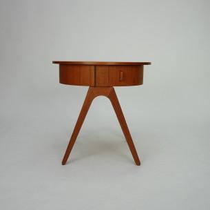 Piękny stolik duński. Ciekawa forma lat 60-tych. Dwie praktyczne szuflady. Nogi lity tek. Szuflady i blat fornirowany tekiem naturalnym. Całość olejowana. Unikat.
