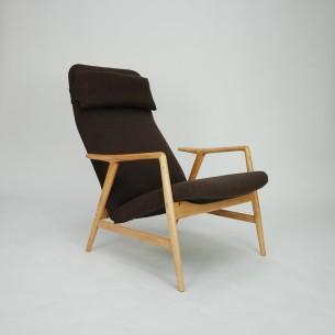 Projekt ALFa SVENSSONa dla firmy DUX (projekt realizowany również przez Fritz Hansena). Modernistyczna, ergonomiczna forma lat 60-tych. Siedzisko i plecy na sprężynach. Regulacja przechyłu, dwie pozycje. Drewno bukowe, olejowane. Tapicerka wełniana. Projekt z 1957 roku