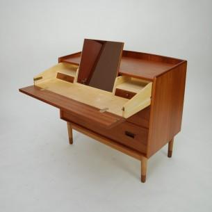 Wytworna, duńska toaletka. Piękna forma i detale. Obrzeża, pochwyty oraz fronty małych szuflad z litego teku. Konstrukcja drewniana. Nogi dębowe. Fornir tekowy. Całość olejowana. Mosiężne zawiasy i zatrzaski. Oryginalny produkt duński lat 60-tych.