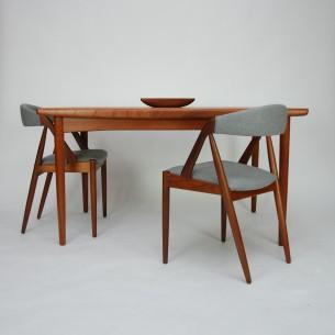 Tekowy stół z manufaktury SKOVBY. Minimalistyczna i efektowna forma. Organiczne kształty. Piękne boki z masywu tekowego. Lite nogi i obrzeża. Konstrukcja drewniana. Całość olejowana. Oryginalny produkt duński lat 60-tych.