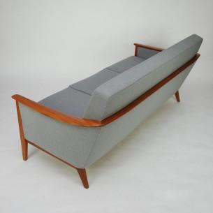 Doskonała prezencja. Duński minimalizm. Typowo modernistyczna forma lat 60-tych. Kompromis miedzy konstrukcją szkieletową i bryłową. Masyw tekowy. Największym walorem sofy jest płynne łączenie  boku z tyłem dzięki czemu zyskuje na atrakcyjności. Wskazane eksponowanie jej na środku salonu.