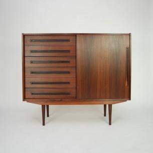 Wyjątkowa duńska komoda. Zgrabna minimalistyczna forma. Fornir palisandrowy oraz masyw. Drewno olejowane. Oryginalny produkt duński lat 60-70.