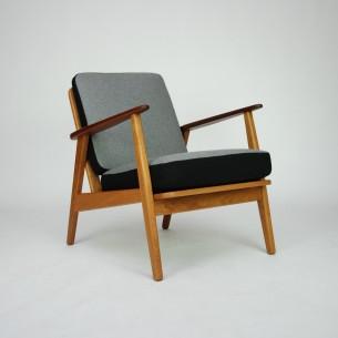 Efektowny, duński fotel. Bardzo ciekawa forma z kontrastującymi barwami. Kolorystyka oryginalna (poduszki można odwracać wedle upodobania). Lity dąb. Podłokietniki z masywu tekowego. Poduszki sprężynowane dają duży komfort. Drewno olejowane. Oryginalny produkt duński lat 60-tych.