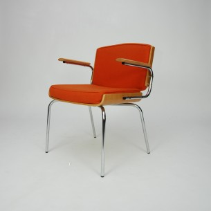 Ciekawe duńskie krzesło. Sklejka profilowana fornirowana dębem. Podłokietniki z litego teku. poszycie wełniane. Produkt duński lat 70-tych.