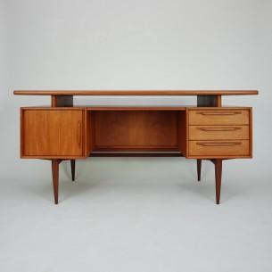 Piękne gabinetowe biurko, dwustronne. Modernistyczna lekka forma lat 60-tych. Lity tek i fornir tekowy. Efektowne pochwyty. Drewno olejowane.